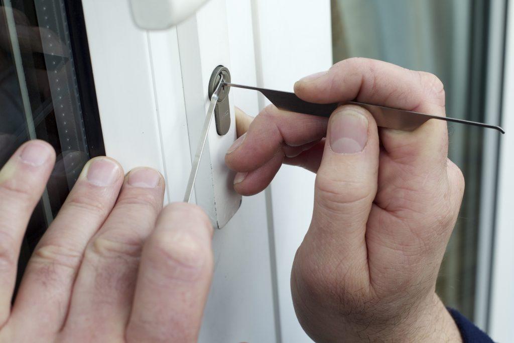 El arsenal de herramientas que tienen los ladrones para atacar tu casa es inmenso, protégete contratando los servicios de un buen cerrajero y un buen seguro de hogar
